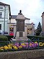 Mšeno, náměstí Míru, válečný pomníku s bustou Husa.jpg