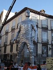La statua di 10 metri raffigurante Ronaldo nel centro di Madrid