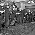 Mannen applaudiseren bij overhandiging, 3e van links fabrieksdirecteur Jan van A, Bestanddeelnr 255-8514.jpg