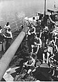 Marynarze niemieckej marynarki wojennej podczas spędzania czasu wolnego na pokładzie okrętu (2-2538).jpg