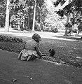 Meisje met een eekhoorntje in het Kurpark, Bestanddeelnr 254-3219.jpg