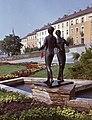 Mikus Sándor Táncoló lányok szobra a Jó Szerencsét Művelődési Központ előtt. Fortepan 21529.jpg