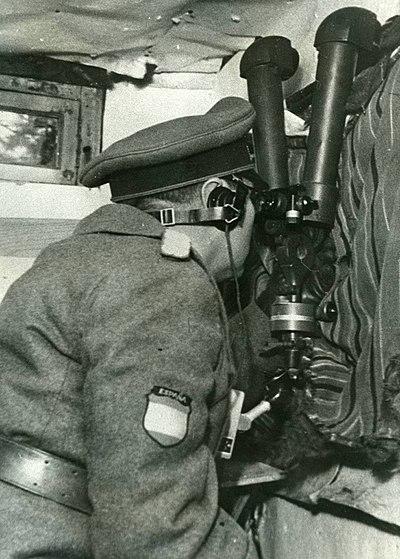 Militar español mirando por catalejo.jpg