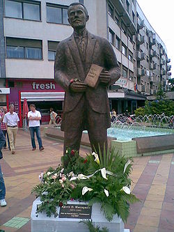 http://upload.wikimedia.org/wikipedia/commons/thumb/7/73/Misirkov_monument_in_Skopje.jpg/250px-Misirkov_monument_in_Skopje.jpg