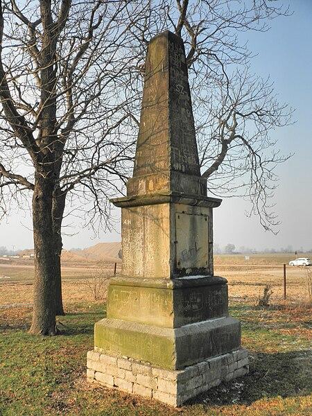 File:Mittelhausen Thingstätte Obelisk.JPG