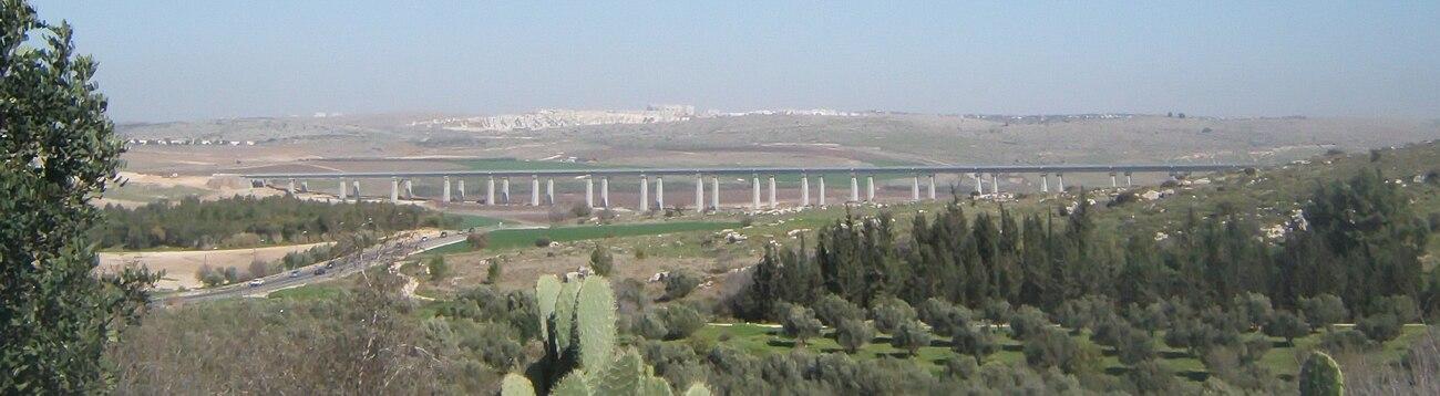 מראה הגשר מדרום, על רקע העיר מודיעין