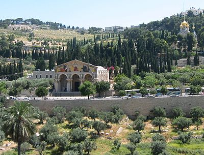جبل الزيتون مكان رفع يسوع وفق المعتقدات المسيحية، بنت القديسة هيلانة العديد من الكنائس.