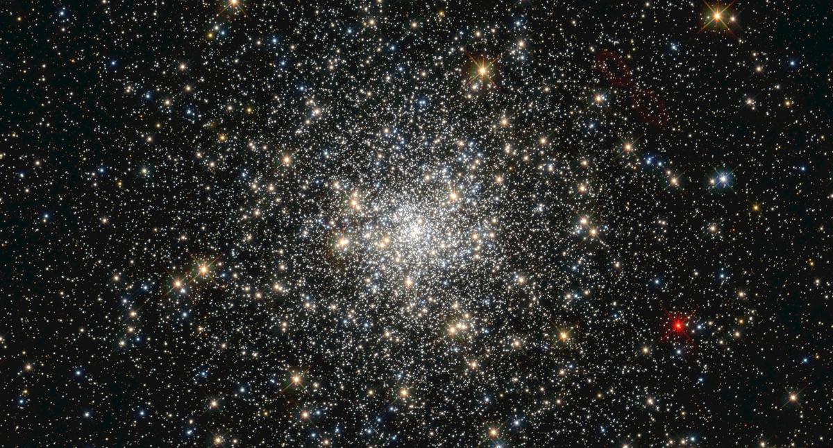 Aufnahme des Kugelsternhaufens NGC 6293 mithilfe des Hubble-Weltraumteleskops