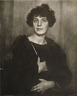 Nina Kandinsky 1924, by Hugo Erfurth.jpg