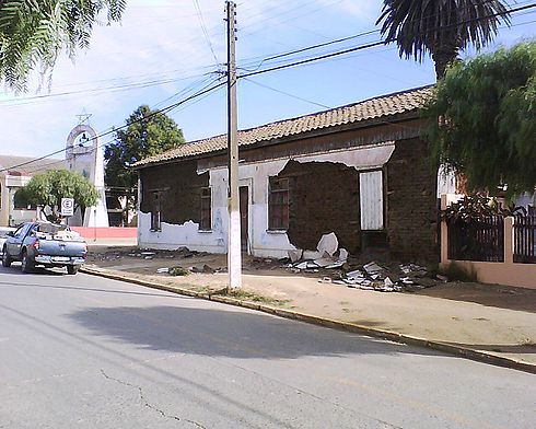 House that served as refuge for old people until 1978, severely affected by the earthquake. Image: Diego Grez.