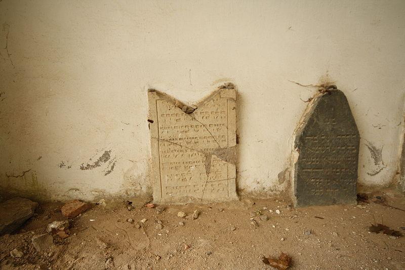 File:Oldest gravestone at Jewish Cemetery in Dřevíkov, Chrudim District.JPG