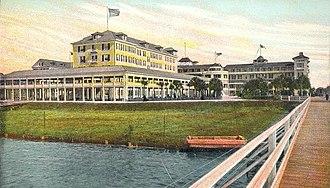 Granada Bridge (Ormond Beach) - 1905 Postcard of The Ormond Hotel; the first Ormond bridge can be seen to the right.