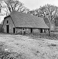 Overzicht van de achtergevel en de linker zijgevel van de boerderij met rieten dak - Baarn - 20027166 - RCE.jpg