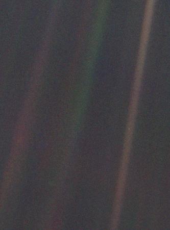 На фото следует искать крошечную точку посередине коричневатой полосы справа; это и есть Земля с расстояния 6 миллиардов километров.
