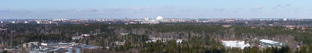 Panorama over det sydlige Stockholm fra Højdaltoppen, nedenfor udbreder Højdalens industriområde sig, Globen ses midt i billede, marts 2011.