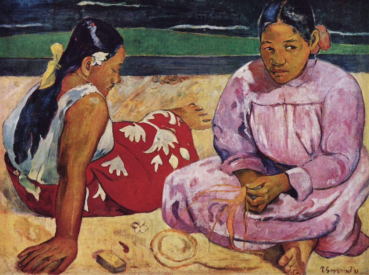 Gemälde zeigt zwei polynesische Frauen am Strand. Eine sitzt der betrachtenden Person zugewandt, blickt aber leicht zur Seite. Sie trägt ein rosafarbenes, langes Gewand. Die zweite Frau sitzt schräg mit dem Rücken zur betrachtenden Person, sie trägt ein weißes Oberteil und einen roten Wickelrock mit Blumenmuster. Im Hintergrund ist eine Küstenlinie zu sehen. Beide Frauen haben ihr Haar mit Blumen geschmückt.