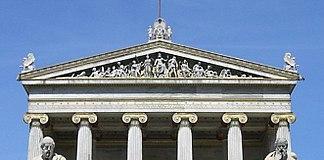 Parte superior de la Academia Nacional Griega, en Atenas, mostrando el frontón con esculturas.