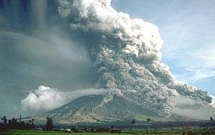Eruzione vulcanica con immissione nell'atmosfera di grandi quantità di polveri e gas