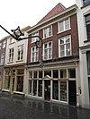 foto van Huis met hoog schilddak, kroonlijst op klossen en lage zolderverdieping