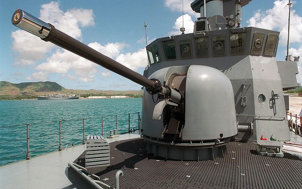 المدافع البحرية للسفن الحربية  1024px-RSS_Valour_76mm_OTO_Melara