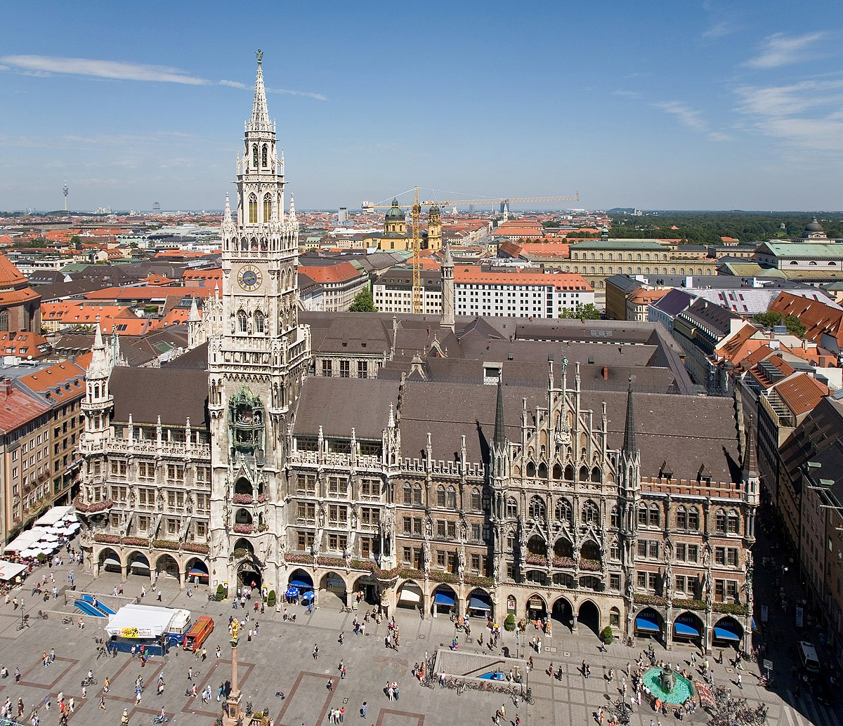 Hermosa arquitectura.  1200px-Rathaus_and_Marienplatz_from_Peterskirche_-_August_2006