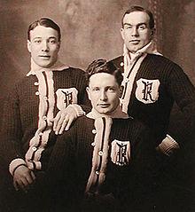 Portrait en noir et blanc de trois joueurs de hockey sur glace