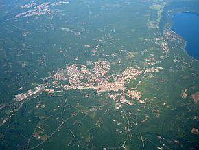 Vista aerea di Ronciglione. A destra il lago di Vico