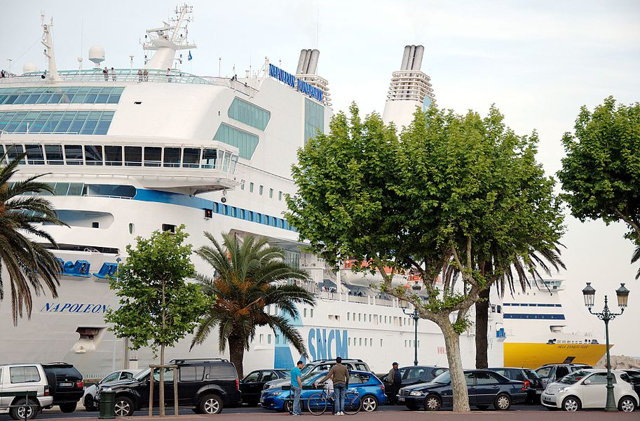 В порту Бастии судна двух конкурентов по перевозке пассажиров, грузов и транспорта на Корсику: SNCM (Napoléon Bonaparte) и Corsica Ferries (Mega Express Four).