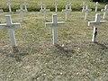 Saint-Rémy-la-Calonne (Meuse) nécropole nationale (08) trois tombes de la compagnie d'Alain-Fournier, celle avec la fleur est d'Alain Fournier.JPG