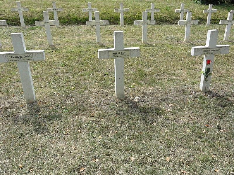 Saint-Rémy-la-Calonne (Meuse) nécropole nationale (08) trois tombes de la compagnie d'Alain-Fournier, celle avec la fleur est d'Alain Fournier