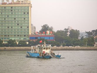 Pearl River Delta - Removal of floating trash from the surface of the Pearl River in Guangzhou