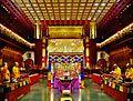 Singapore Buddha Tooth Relic Temple Innen Vordere Gebetshalle 08.jpg