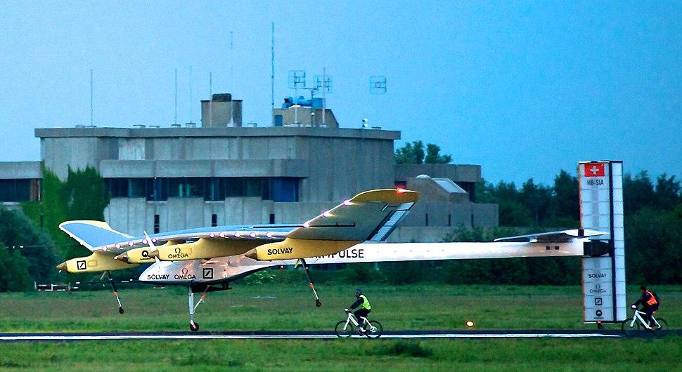 SolarImpulse HB-SIA landing Brussels Airport 3-crop