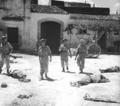 Soldati britannici tra le vie di Avola con i soldati italiani caduti il giorno dell'invasione (10 luglio 1943).png