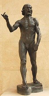 Hombre desnudo que sostiene es repartir, como si explicara un punto.