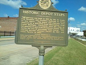 Poplar Bluff station - Historic marker near the staircase