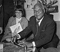 Sydney Bechet tekent grammofoonplaten bij Discotone eigenaar Hank van Leer L. , Bestanddeelnr 908-0487.jpg