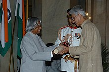 The President, Dr. A.P.J. Abdul Kalam presenting Padma Vibhushan to Prof. Obaid Siddiqi, an eminent scientist, at investiture ceremony, in New Delhi on March 29, 2006.jpg