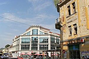 Innenstadt mit Fußgängerzone und im Bosnienkrieg zerstörtem Gebäude
