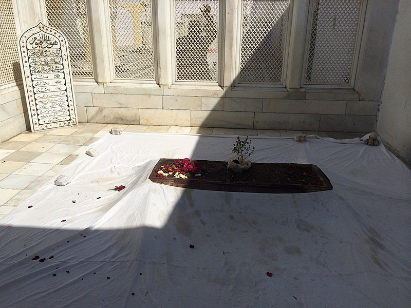 "File:Tomb of the last Mughal Emperor ""Aurangzeb"" in Aurangabad.jpg"