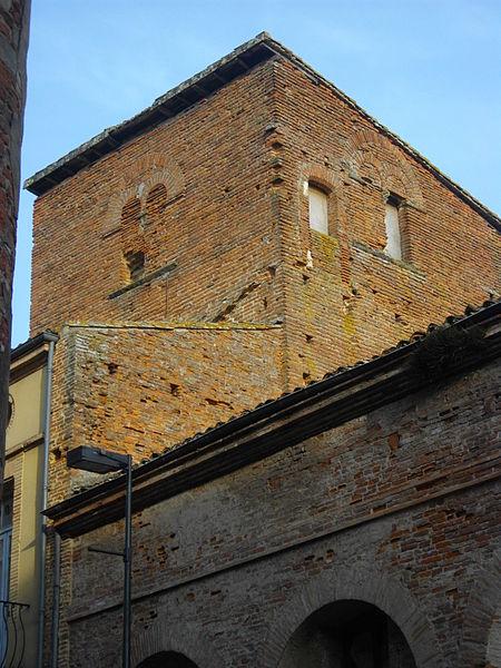 Tour médiévale du XIIIe siècle. Baies géminées murées au dernier étage. Le bâtiment est en brique foraines rouges, traditionnelles de la vallée du Tarn.