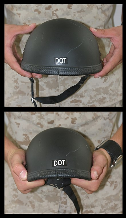 米軍基地でライダーから没収された非DOT準拠ヘルメットの弱点を示すための曲げシェル