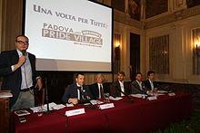 Pisapia (terzo da sinistra) nel 2013 a palazzo Marino, per un'iniziativa a favore delle unioni civili.