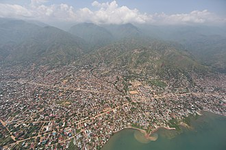 Uvira - Image: Uvira, Sud Kivu, RD Congo Vue aérienne de la ville d'Uvira depuis un hélicoptère Puma de la MONUSCO. (24887739354)