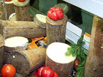 Brânză de coșuleț - Image: VS cheese wrapped in fir bark