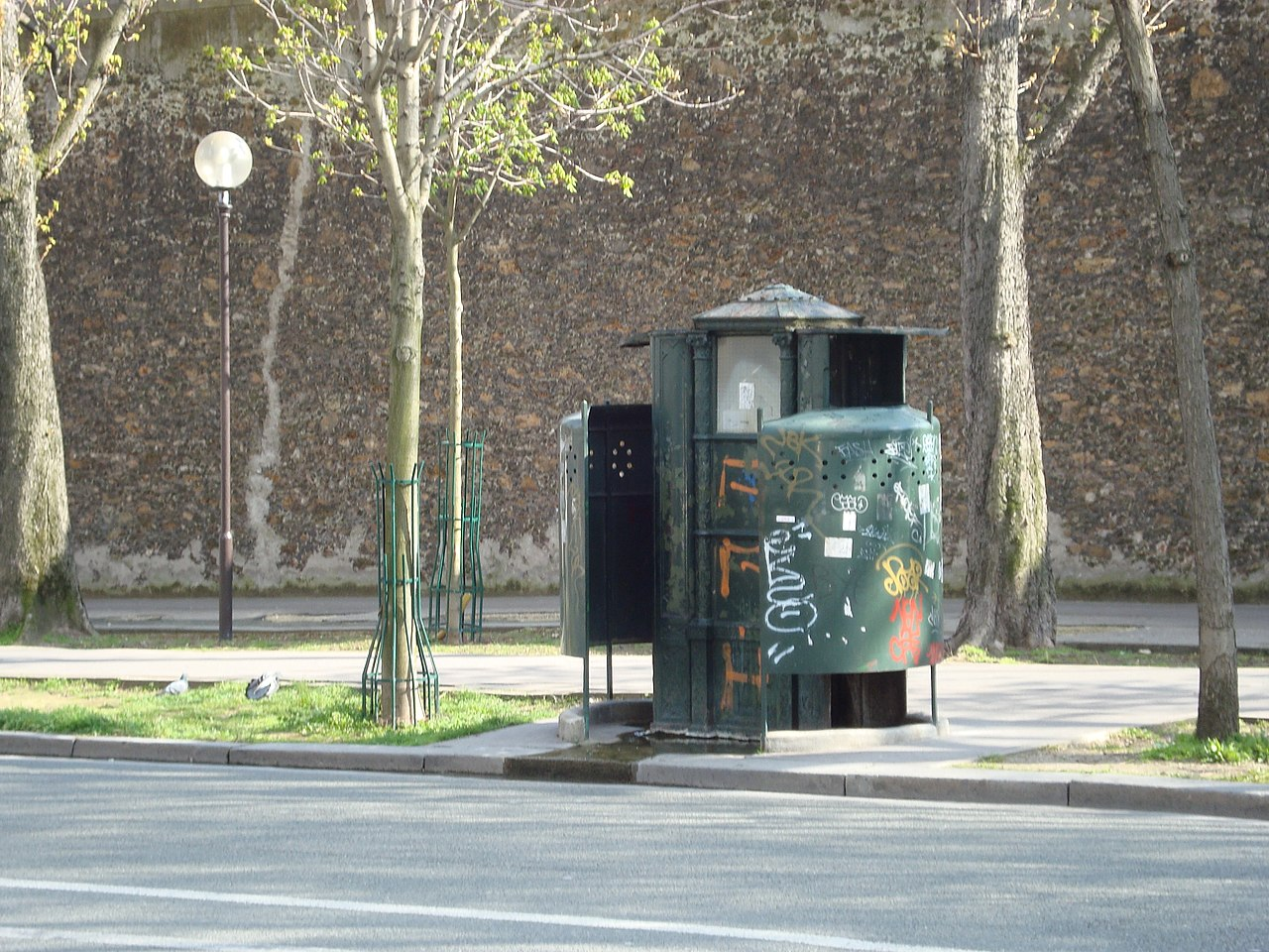 STREET VIEW : la dernière vespasienne de Bruxelles 1280px-Vespasienne_Arago