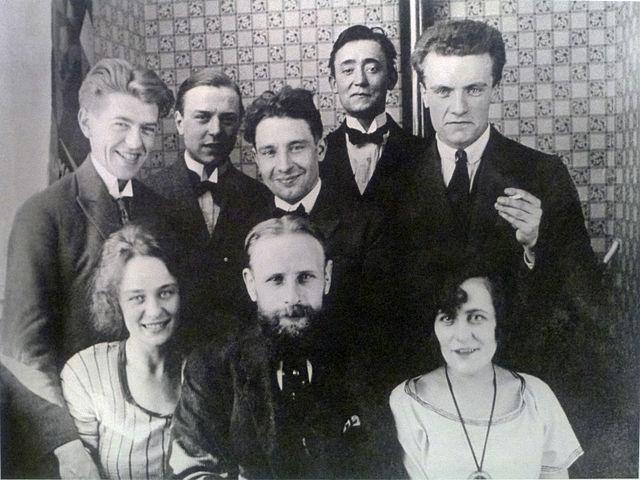 Рене Магритт (стоит, крайний слева) и Жоржетта Бергер (сидит, крайняя слева) среди группы бельгийских художников. 1922.