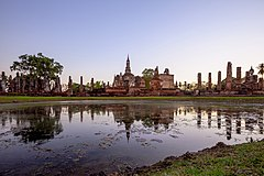 Wat Mahathat Sukhothai before sunset.jpg