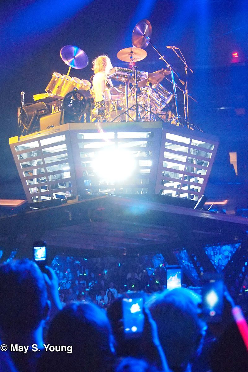 Yoshiki%27s drum riser, XJapan MSG 10112014 (15325073010).jpg