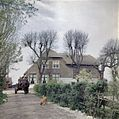 Zicht op de voorgevel van boerderij met paard en wagen op de voorgrond - Schiedam - 20384553 - RCE.jpg